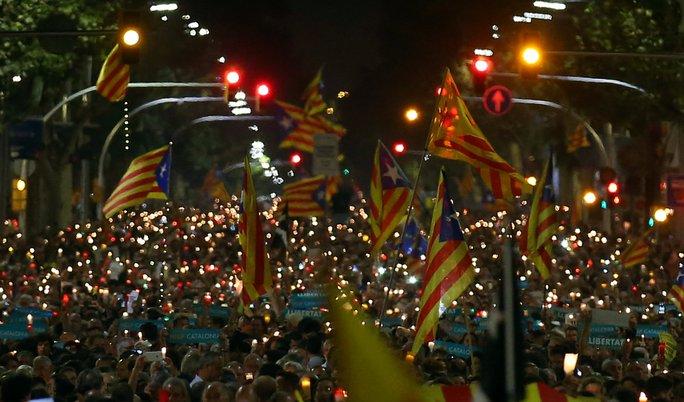Hàng trăm ngàn người đã xuống đường ở Catalonia để phán đối việc bắt giữ hai nhà lãnh đạo ly khai Calatonia Jordi Sánchez và Jordi Cuixart. Ảnh: Reuters