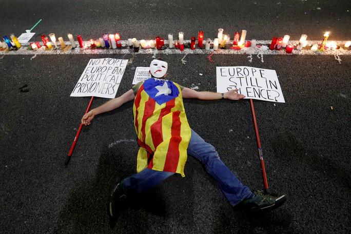 Người biểu tình phản đối ắt giữ hai nhà lãnh đạo ly khai Calatonia Jordi Sánchez và Jordi Cuixart. Ảnh: Reuters