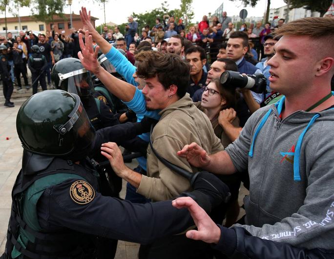 Dân Catalonia đi bầu bất chấp bạo lực - Ảnh 1.