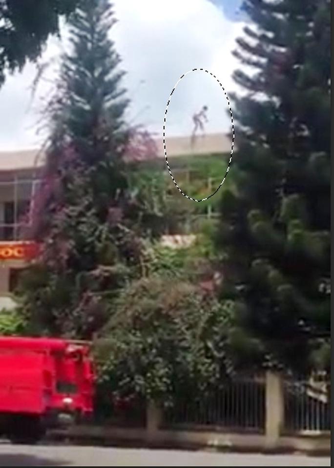 Thanh niên nhảy từ nóc trụ sở công an đã tử vong - Ảnh 1.