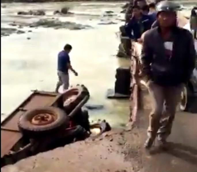 Lâm Đồng: Xe rơi xuống cầu, nạn nhân nguy kịch - Ảnh 1.
