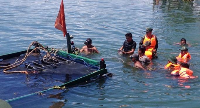 Chìm tàu câu mực chở 36 người, 1 người chết và 1 mất tích - Ảnh 1.