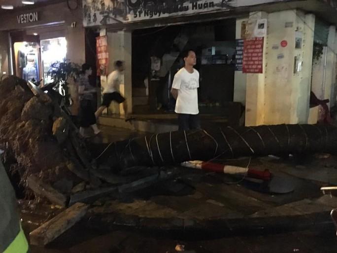 Mưa lớn, Hà Nội ngập sâu, giao thông hỗn loạn - Ảnh 13.