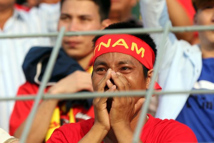 Chùm ảnh: Nước mắt Việt Nam tại Selayang sau trận thua của U22! - Ảnh 6.