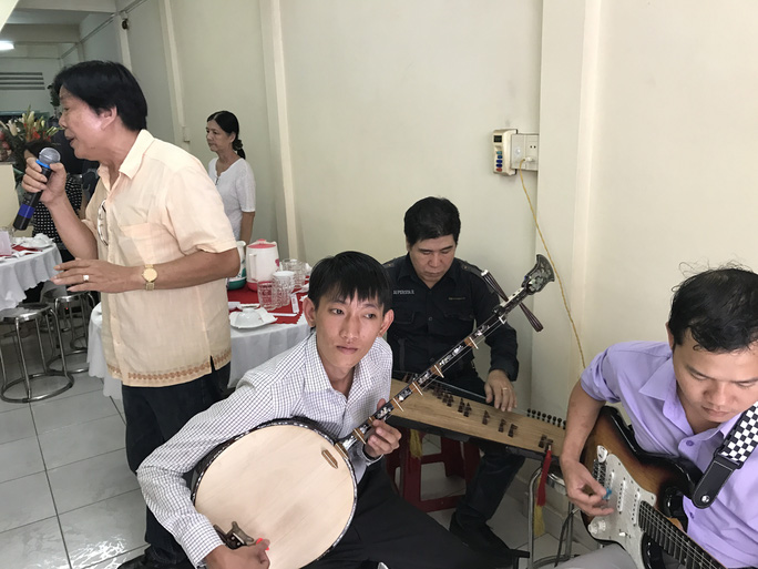 NSND Trọng Hữu ca bài Hàn Mạc Tử trong ngày cúng giáp năm soạn giả - NSND Viễn Châu