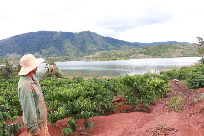 Không còn cầu treo, người dân làng Droch phải vượt lòng hồ thủy điện Đắk Đoa để vận chuyển nông sản
