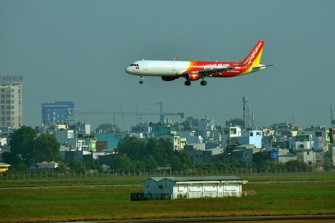 Tình trạng chiếu đèn laser vào buồng lái xảy ra ở sân bay Tân Sơn Nhất Ảnh: TẤN THẠNH