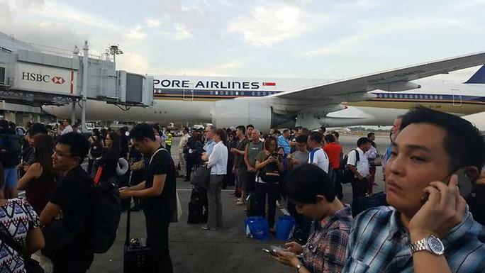 Sân bay Singapore hỗn loạn vì cháy - Ảnh 2.