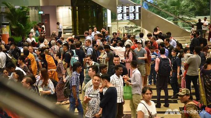 Sân bay Singapore hỗn loạn vì cháy - Ảnh 3.