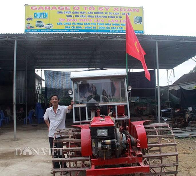 """""""Kỹ sư"""" nông dân Phan Công Sỹ bên cạnh sản phẩm sáng chế của mình trước khi được ra thực nghiệm trên cánh đồng"""