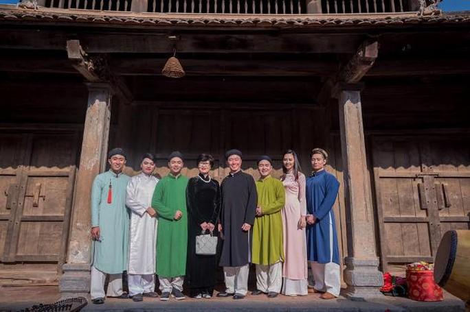 Đại sứ Phạm Sanh Châu cùng gia đình phát huy giá trị của Áo dài Việt