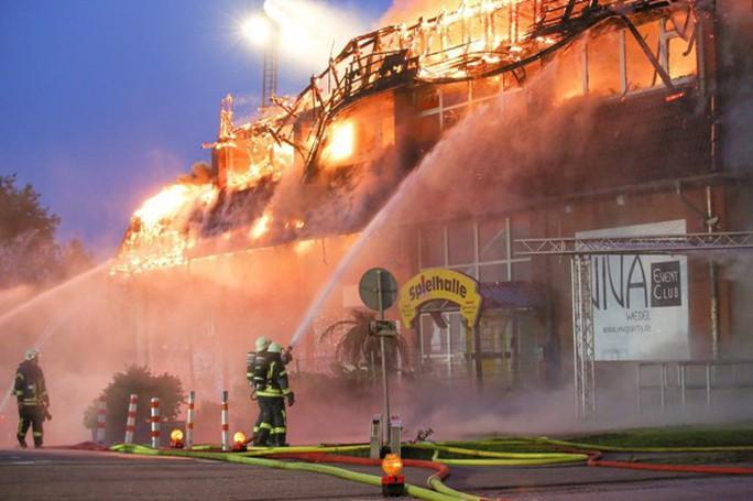 Hai người Việt thoát chết kỳ diệu trong đám cháy lớn ở Đức - Ảnh 1.