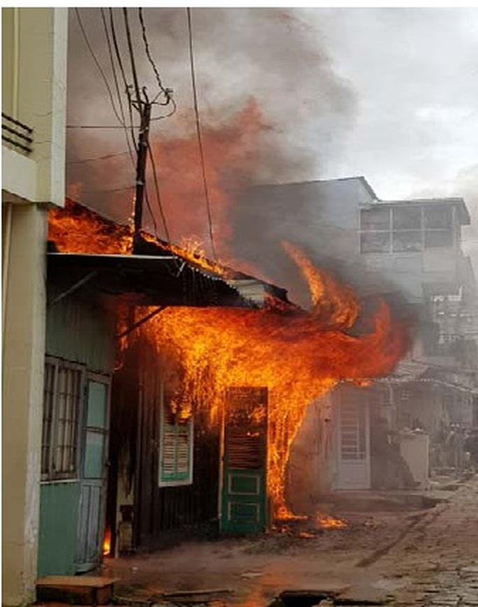 Hỏa hoạn tại Đà Lạt, cụ ông tử vong, 2 chiến sĩ PCCC bị thương - Ảnh 1.