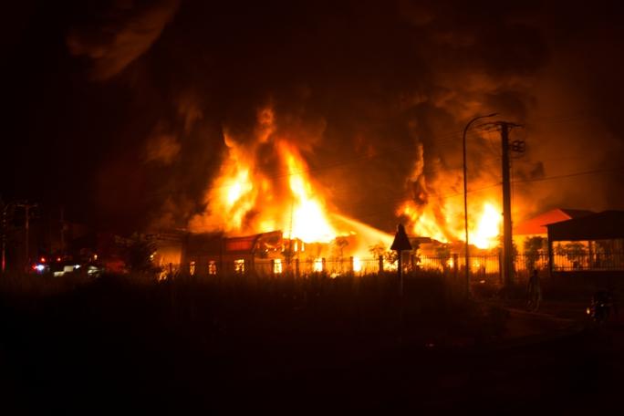 Bà hỏa thiêu rụi xưởng nệm trong đêm - Ảnh 1.