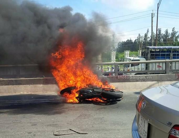 Xe mô tô bị cháy giữa cầu Bến Lức