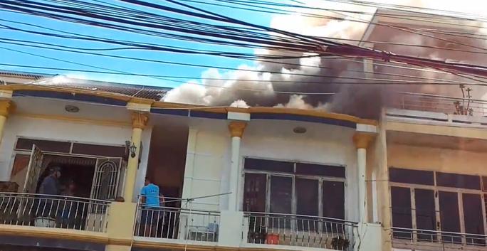 Gần 1 tiếng đồng hồ mới khống chế được cháy nhà ở Hội An - Ảnh 1.