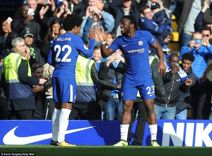Giúp Chelsea thoát hiểm, Batshuayi đá xoáy HLV Conte - Ảnh 5.