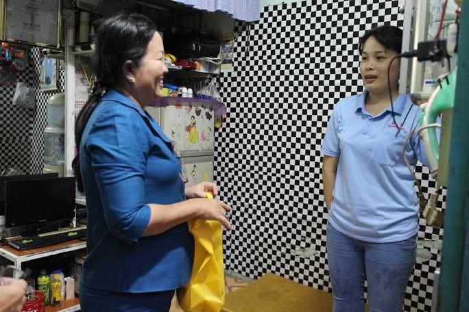 ;Bà Nguyễn Thị Ngọc Đức, Chủ tịch LĐLĐ quận Thủ Đức, TP HCM, đến chúc Tết tặng quà cho công nhân không về quê ăn Tết