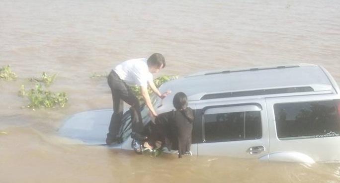 Ô tô tông chết nhân viên bến phà rồi lao xuống sông - Ảnh 2.