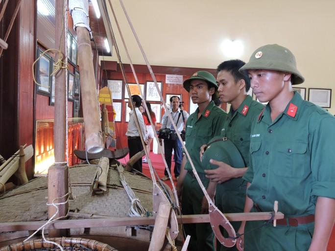 Chiến sĩ LLVT viếng thăm nhà trưng bày đội Hoàng Sa đầu xuân