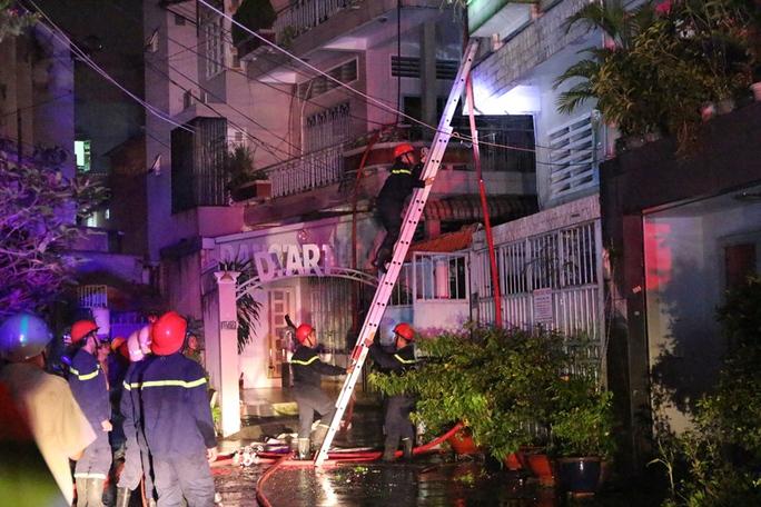 Cháy nhà lúc nửa đêm, cả gia đình nháo nhào thoát thân - Ảnh 1.