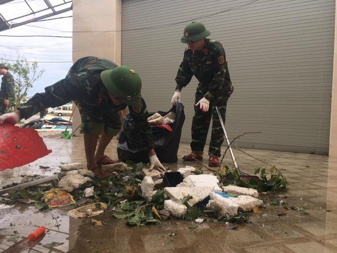 Quân khu 4 điều 400 chiến sĩ tới Hà Tĩnh giúp dân sau bão - Ảnh 7.