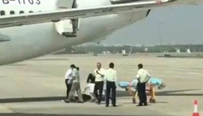 Trung Quốc: Tiếp viên rơi từ máy bay xuống đất - Ảnh 1.