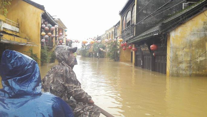 Miền Trung: Nhiều nơi còn ngập chìm trong nước, cô lập - Ảnh 9.