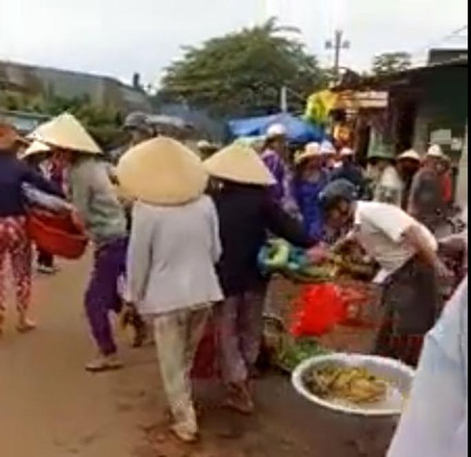 Cứ nghèo là biến đường thành chợ? - Ảnh 1.