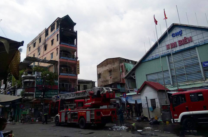 Vụ cháy xảy ra sát chợ hóa chất Kim Biên may mắn được dập tắt kịp thời.