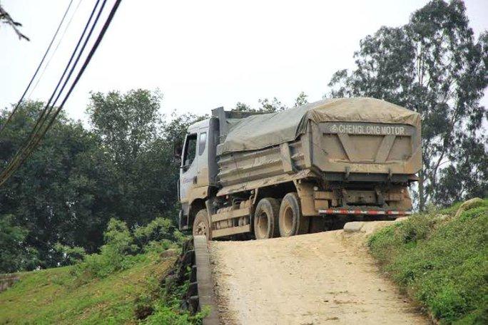Xe tải hàng chục tấn chạy trên đê có tải trọng không quá 12 tấn (đoạn qua xã Xuân Thành, huyện Thọ Xuân)