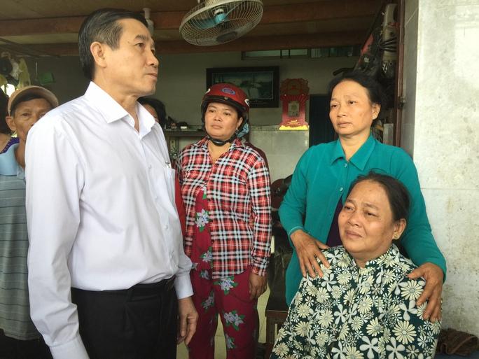 Ông Lê Văn Hưởng, Chủ tịch UBND tỉnh Tiền Giang, có mặt tại hiện trường vụ tai nạn sáng 16-1 trực tiếp chỉ đạo giải quyết vụ việc và thăm hỏi gia đình nạn nhân Ảnh: MINH SƠN