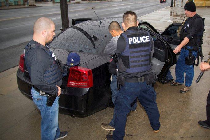 Cơ quan Di trú và Hải quan Mỹ (ICE) bắt giữ một người nhập cư bất hợp pháp tại Los Angeles Ảnh: ICE