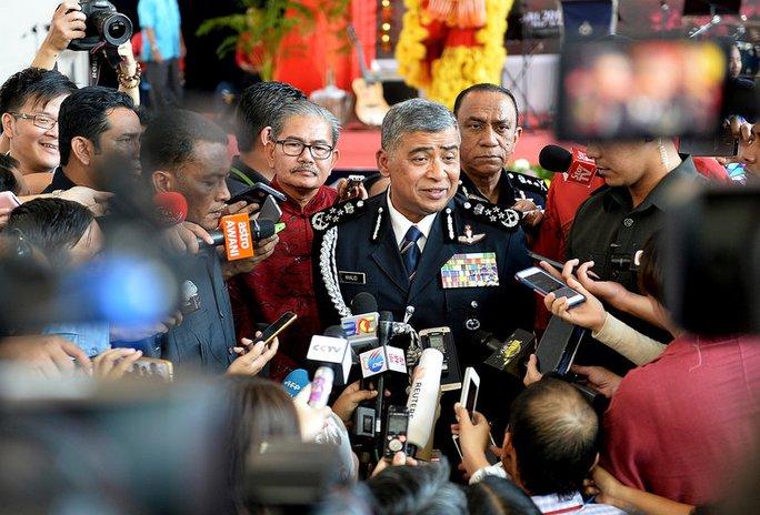Tổng Thanh tra Cảnh sát Malaysia Khalid Abu Bakar trả lời báo giới tại Kuala Lumpur hôm 24-2 Ảnh: AP