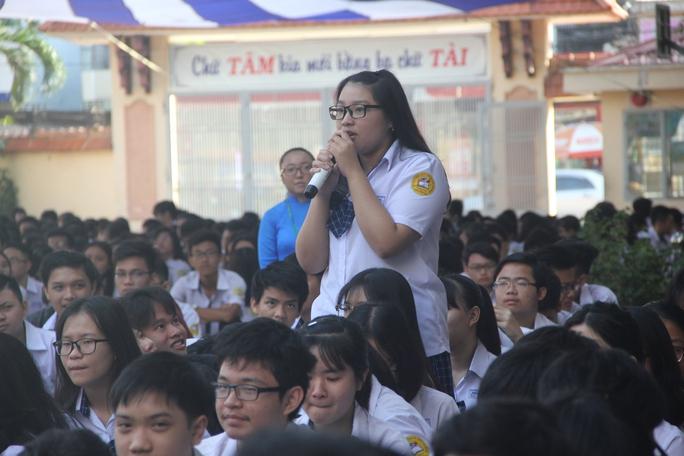 Học sinh Trường THPT Nguyễn Du đặt câu hỏi với ban giám hiệu sáng 23-2 Ảnh: Đặng Trinh