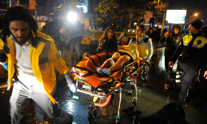 Một phụ nữ bị thương được đưa đi cấp cứu sau vụ xả súng ở hộp đêm Reina Ảnh: REUTERS