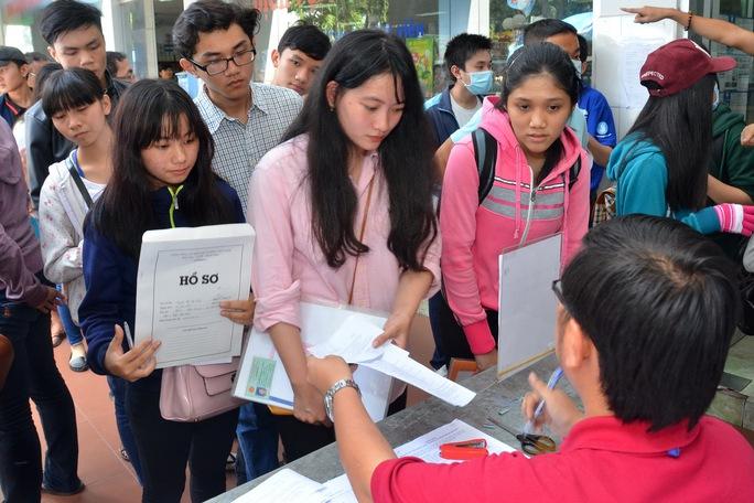 Thí sinh nộp hồ sơ xét tuyển vào Trường ĐH Công nghiệp TP HCM năm 2016 Ảnh: Tấn Thạnh
