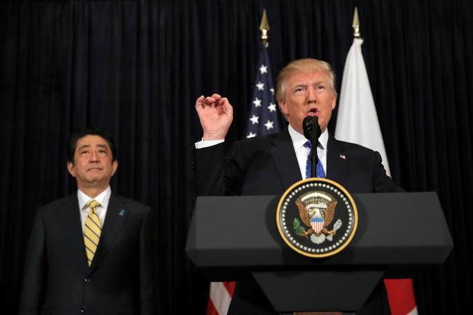 Tổng thống Mỹ Donald Trump (phải) và Thủ tướng Nhật Shinzo Abe tại buổi họp báo ngắn về vụ thử tên lửa của Triều Tiên ở bang Florida Ảnh: REUTERS