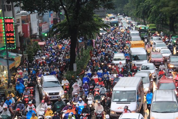 Vì chỉ có một lối ra, vào trên đường Trường Sơn (quận Tân Bình) nên tình trạng ùn tắc giao thông thường xuyên xảy ra ở các tuyến đường xung quanh sân bay Tân Sơn Nhất Ảnh: GIA MINH