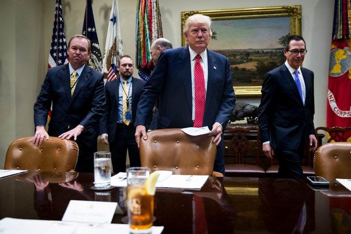 Tổng thống Mỹ Donald Trump và Bộ trưởng Tài chính Steven Mnuchin (phải) tại một cuộc họp ở Nhà Trắng mới đây Ảnh: The New York Times