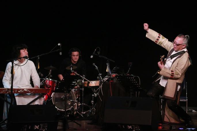 Nghệ sĩ Nguyên Lê chơi guitar; Ngô Hồng Quang chơi đàn bầu, đàn tính trong chương trình biểu diễn tối 1-3 tại TP HCM