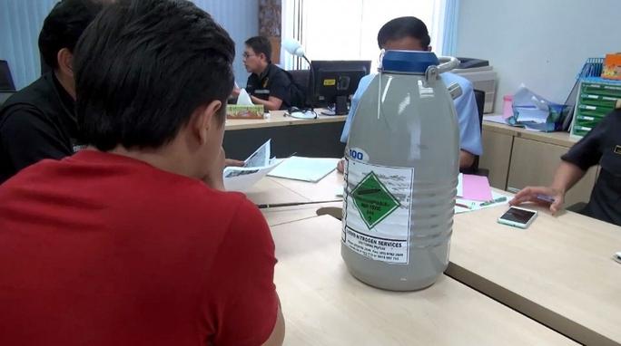 Bình đông lạnh bằng khí nitơ chứa 6 lọ tinh dịch vừa bị cảnh sát Thái Lan thu giữ Ảnh: The Nation