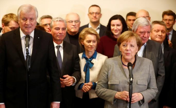 Bà Merkel vào thế khó - Ảnh 1.