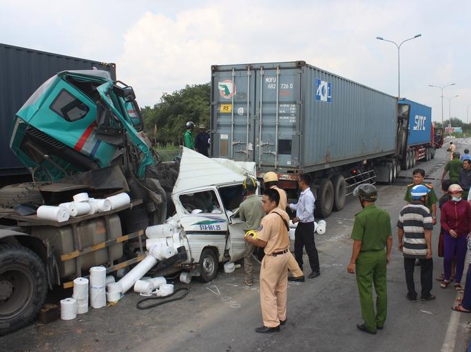 Hiện trường vụ tai nạn kinh hoàng ở đoạn đổ dốc cầu Phú Mỹ (quận 2, TP HCM) khi chiếc xe container tông liên hoàn nhiều xe khiến một người chết Ảnh: GIA MINH