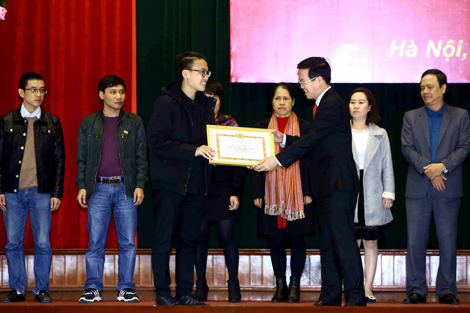 Trưởng Ban Tuyên giáo trung ương Võ Văn Thưởng (phải) trao tặng bằng khen cho các tác phẩm và các chuyên đề xuất sắc trong công tác tuyên truyền năm 2016 tại hội nghị Ảnh: TTXVN