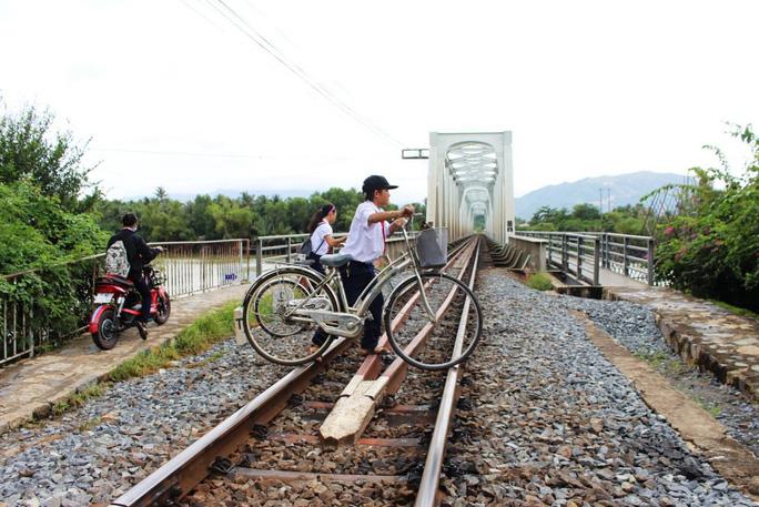Học sinh băng qua đường sắt ở xã Vĩnh Ngọc, TP Nha Trang, tỉnh Khánh HòaẢnh: Kỳ Nam