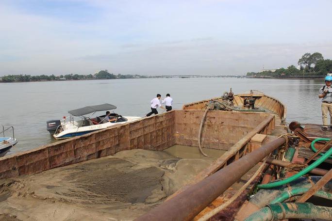 Công an tỉnh Đồng Nai bắt vụ hút cát lậu trên sông Đồng Nai (xã Tam Phước, TP Biên Hòa) vào đêm 23-2Ảnh: XUÂN HOÀNG