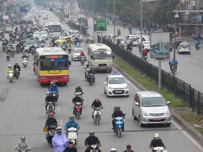 Người dân tham gia giao thông trong nội đô Hà Nội