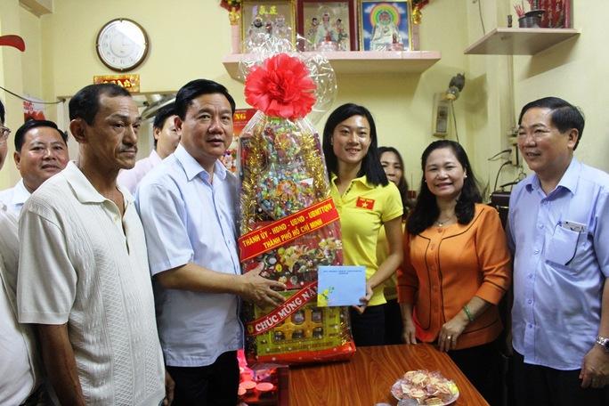 Bí thư Thành ủy TP HCM Đinh La Thăng tặng quà Tết cho vận động viên điền kinh Lê Tú Chinh Ảnh: Trường Hoàng