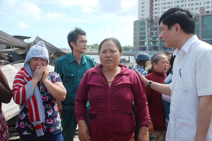 Ông Bùi Văn Cường (bìa phải), Chủ tịch Tổng LĐLĐ Việt Nam, động viên người dân